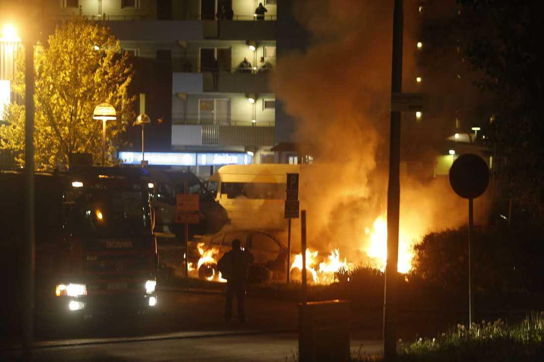 Två bilar brinner på en parkering i närheten av Dovregatan i Husby