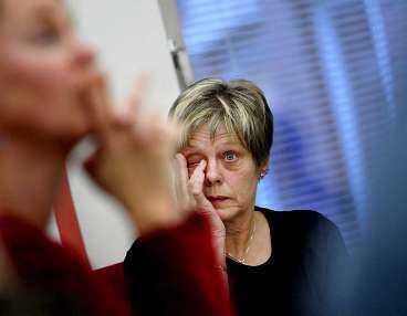 """starka reaktioner Socialnämndens ordförande Rigmor Eklind kunde inte hålla tårarna borta på gårdagens presskonferens när hon berättade om allmänhetens reaktioner. Hon har fått ta mot över 600 mejl och flera dödshot efter tv-programmet """"Uppdrag granskning""""."""