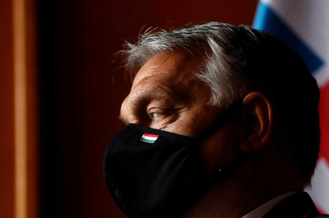 Ungerns premiärminister Viktor Orbán med munskydd under ett möte i Tjeckien den 11 juni.
