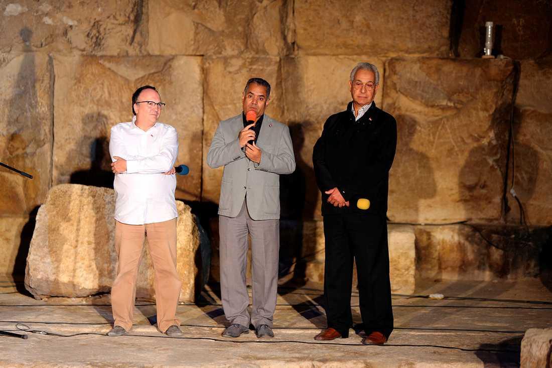 Egyptiske ministern Mamdouh el-Damati talar på en presskonferens framför Keopspyramiden. Han berättar om projektet att scanna pyramiderna.