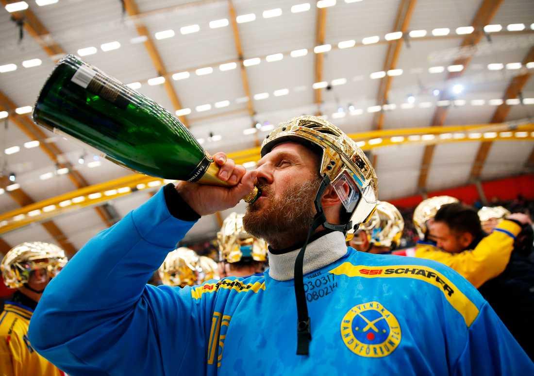 Andreas Bergwall firar VM-guldet.