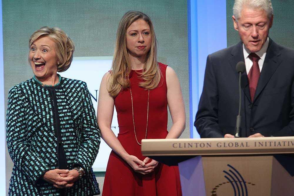 USA:s tidigare president Bill Clinton tillsammans med dottern Chelsea och fru Hillary.