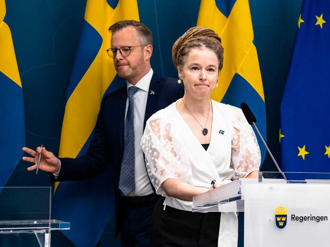 Kultur- och nöjesvärlden rasar mot både kulturminister Amanda Lind och inrikesminister Mikael Damberg.