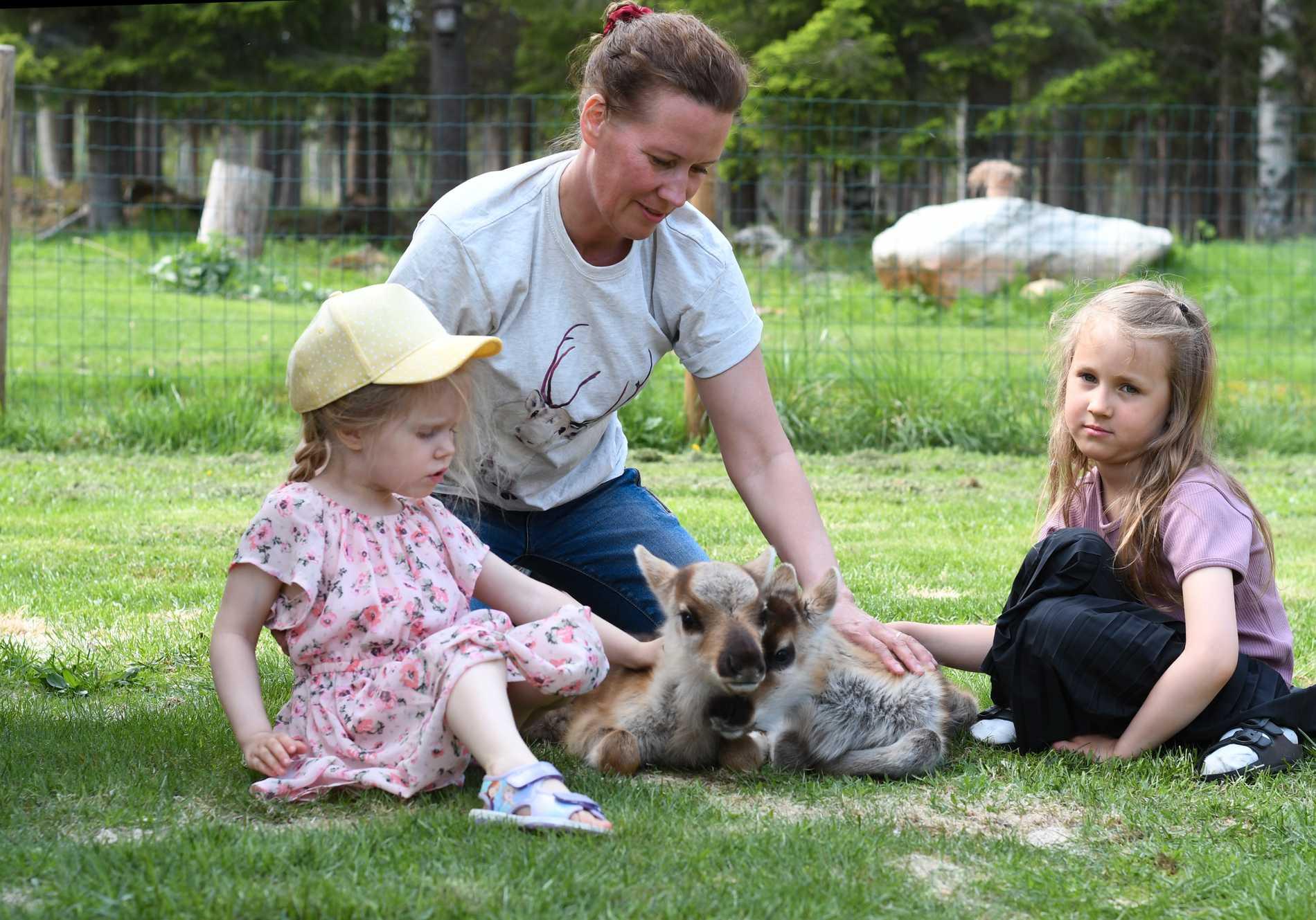 Anna-Lena tillsammans med barnbarnet Alexandra (till vänster) och systerdottern Jill (till höger).