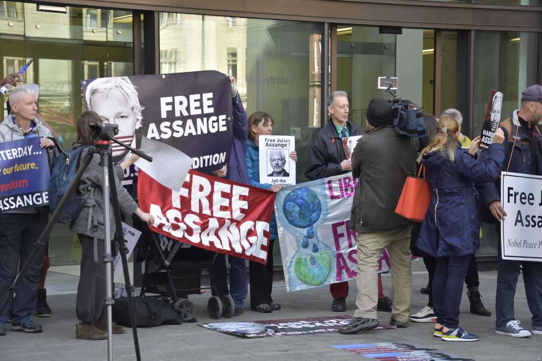 """Befria Assange!"" manar demonstranter som samlats utanför den domstol i London där Julian Assanges eventuellt utlämnande till USA diskuteras."