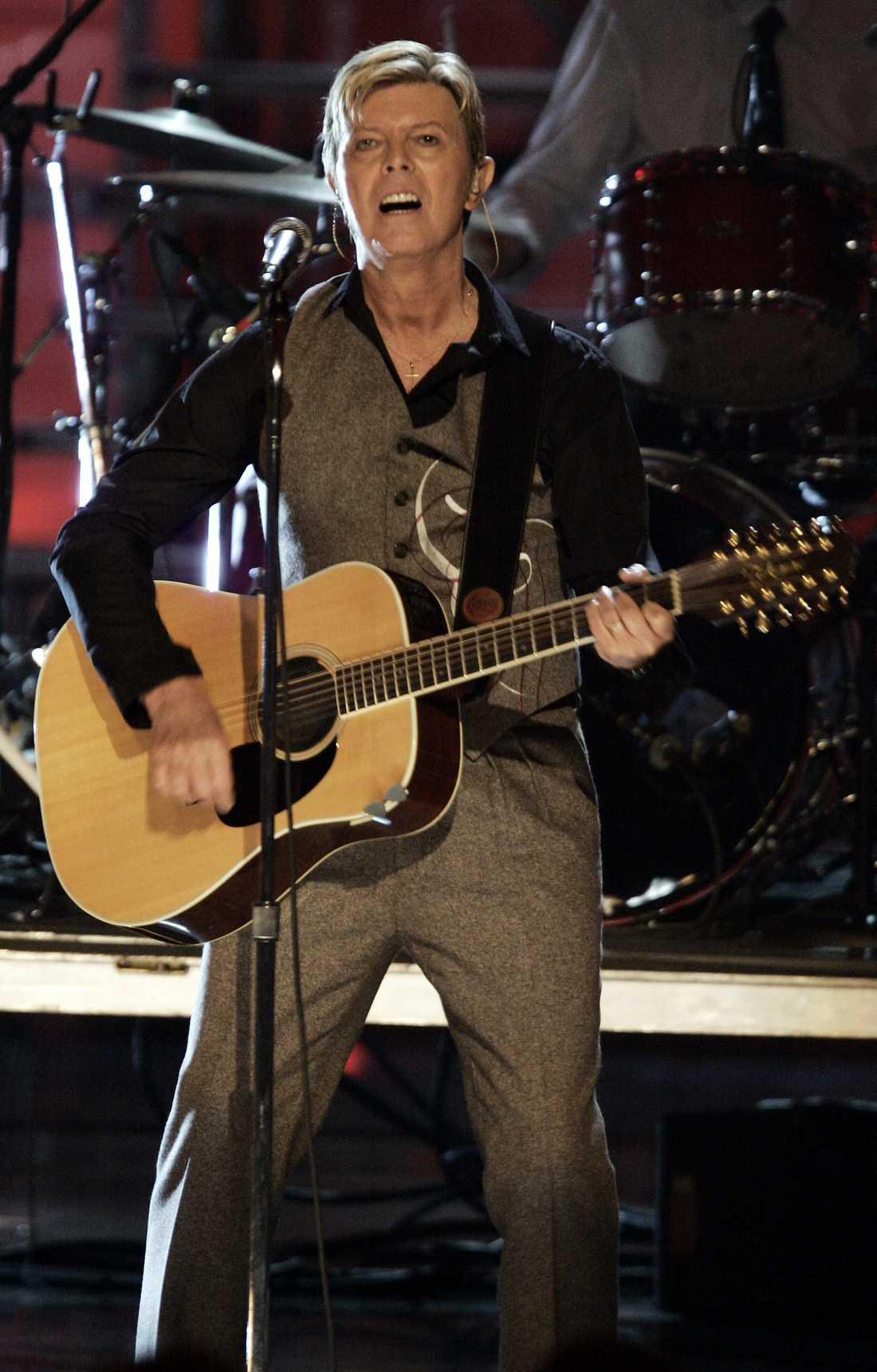 David Bowie på scen 2005.