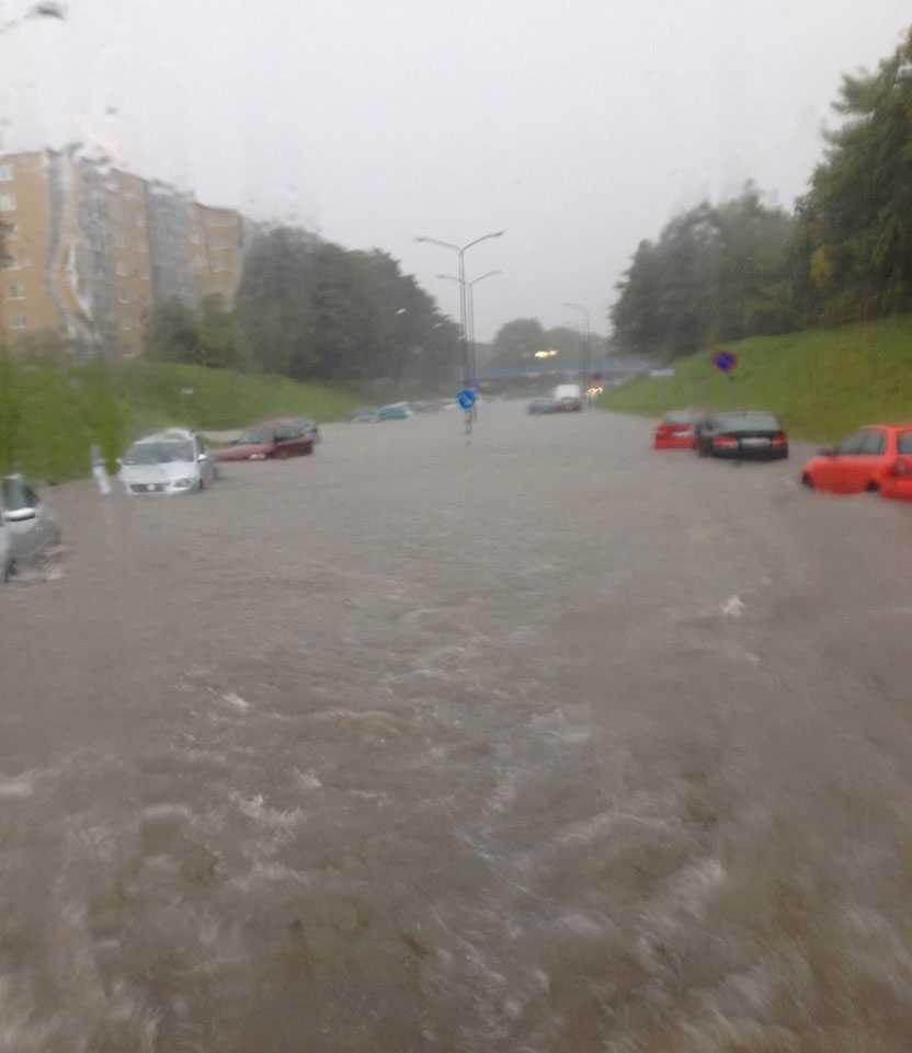 Skyfallen ställer till det för trafiken i Malmö.