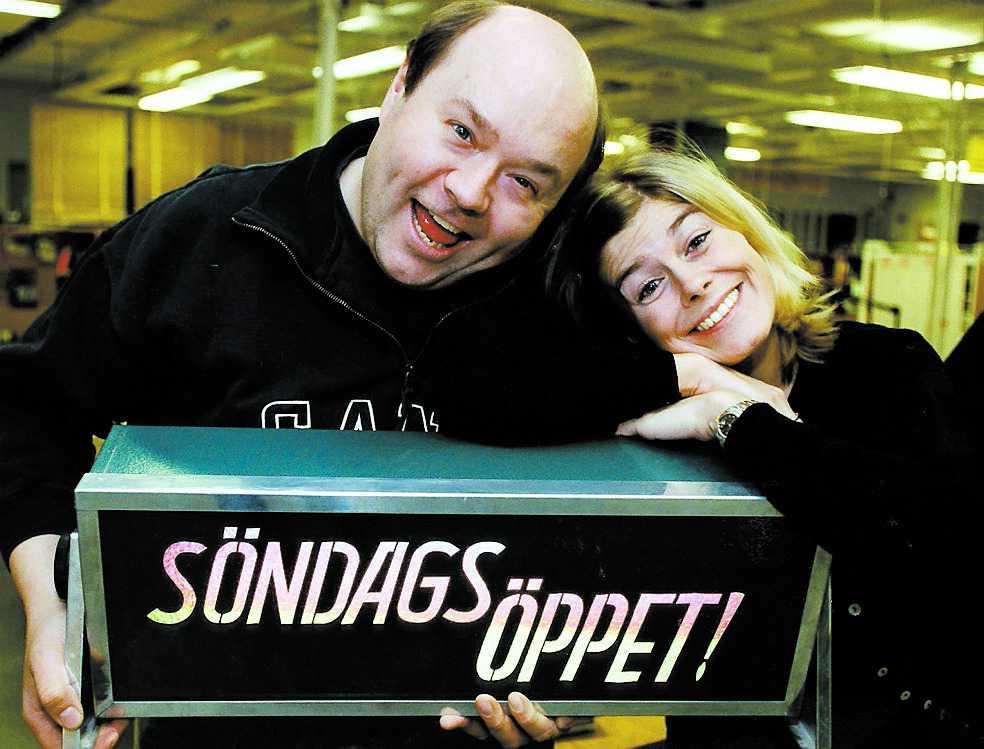 """En av Ulf Larssons mest omtyckta uppdrag var som programledare för """"Söndagsöppet"""". Här syns han tillsammans med Pernilla Wahlgren."""