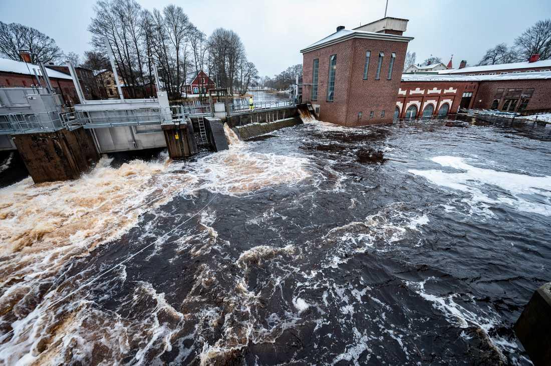 Lagan står högt vid vattenkraftverket i centrala Ljungby.