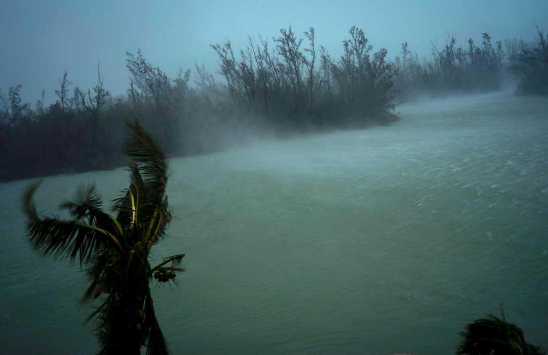 Dorians vindar piskar upp vatten i Freeport på Grand Bahama på måndagen.