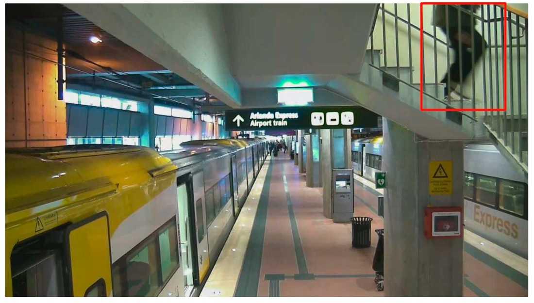 Akilov på väg ned för trappan till Arlanda Express.