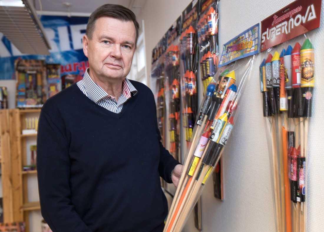 Erik Nilsson förklarar varför fyrverkeribranschen bestämt sig för att stoppa försäljningen av nyårsraketer.