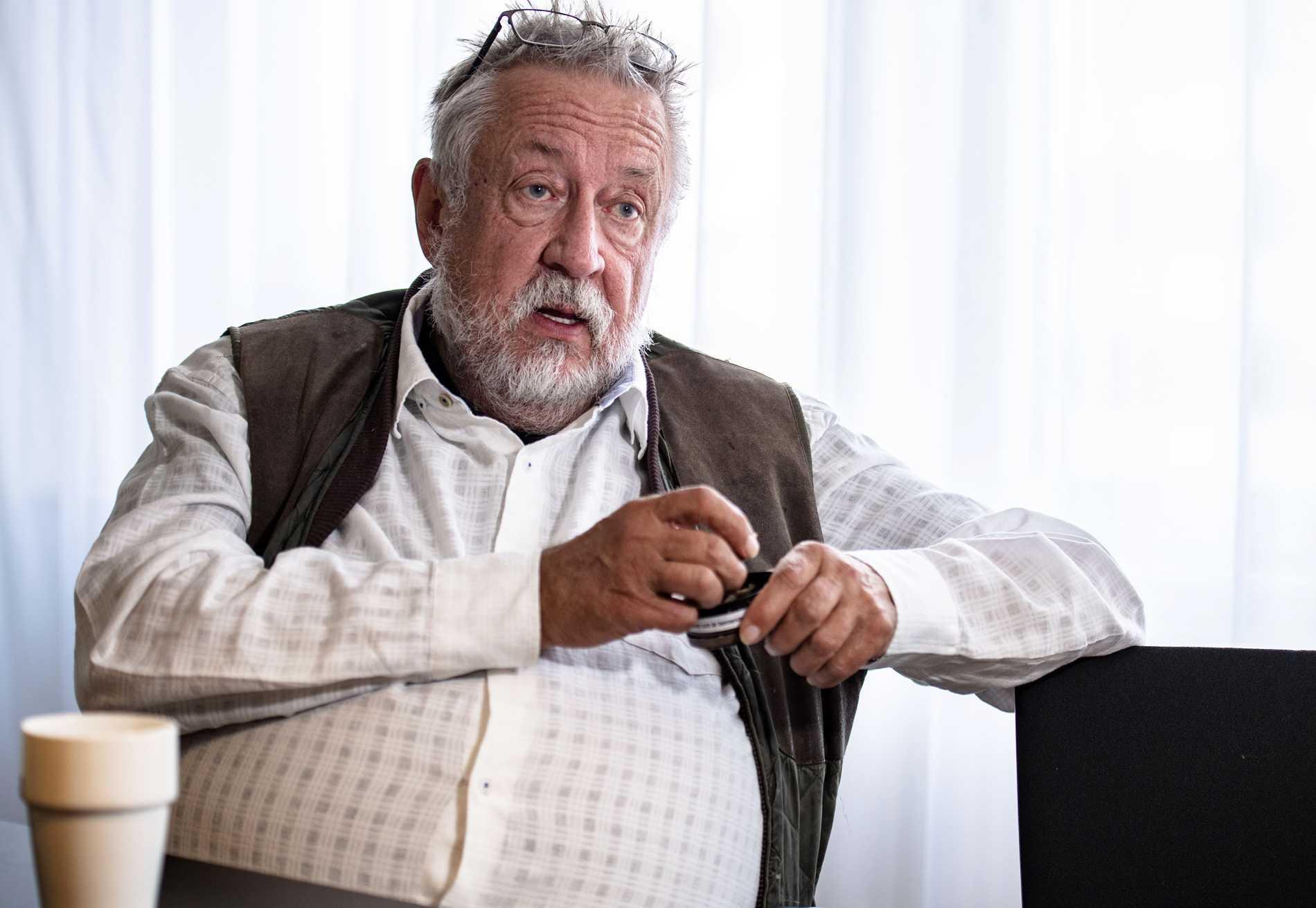 """SAKNAR BARNBARNEN. Författaren och kriminalprofessorn Leif GW Persson mår dåligt av att sitta i sin självvalda karantän. """"Det går åt mycket energi åt att hålla avstånd"""", säger han till tidningen Café."""