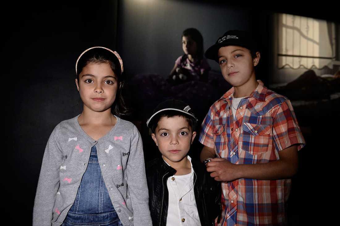 Fatima, 9, tillsammans med bröderna Hamza, 6, och Abdullatif, 11. Magnus Wennman fångade Fatima på bild när hon satt i sin säng och berättade om sina mardrömmar.
