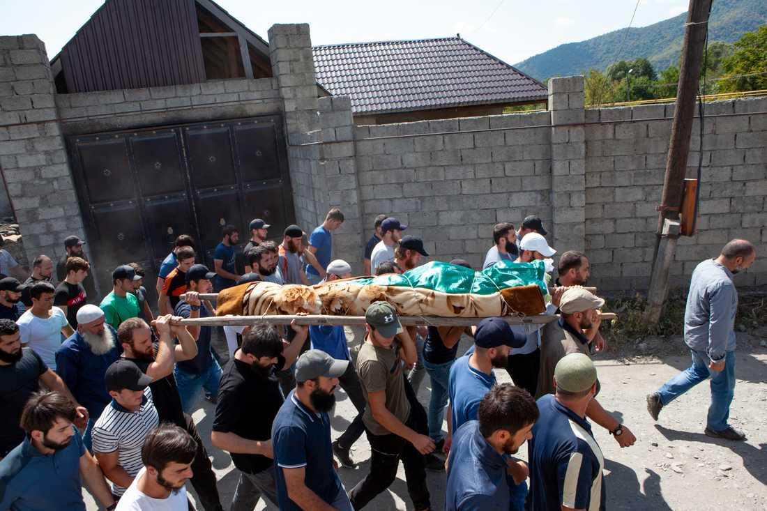 Människor bär den mördade Zelimchan Changosjvili till dennes begravning i byn Duisi, Georgien, den 29 augusti. Arkivbild.