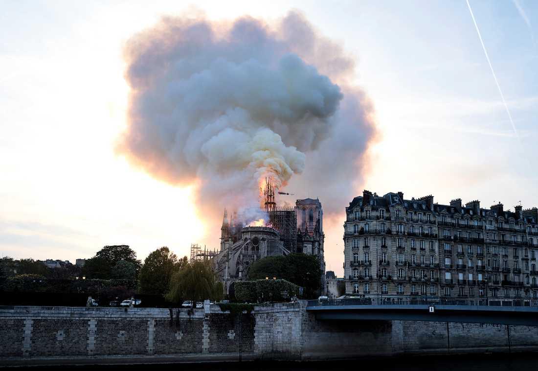 Notre-Dame i brand.