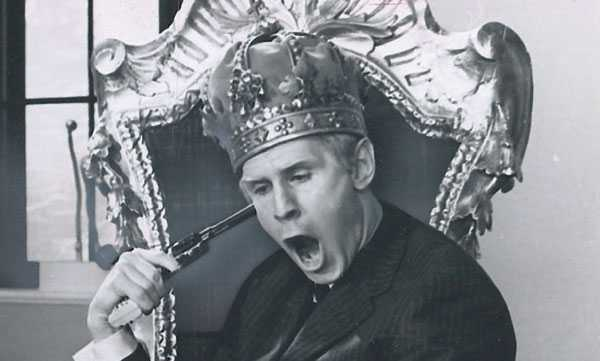 """Skådespelaren Sven Tumba har dykt upp i ett par Åsa-Nisse-filmer och medverkade 1966 i """"Sången om den eldröda hummern"""", där han spelade mot bland andra Lasse Åberg och Ardy Strüwer."""