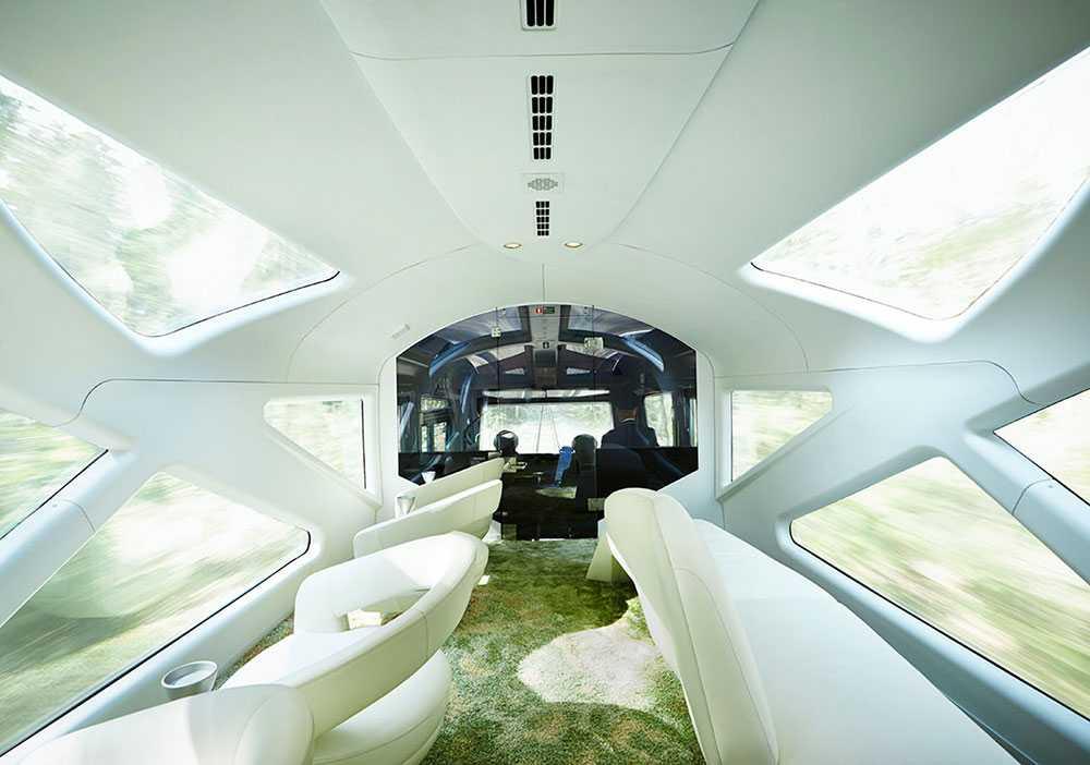 Längst fram och längst bak finns vita vagnar med stora fönster där man kan följa landskapet susa förbi.