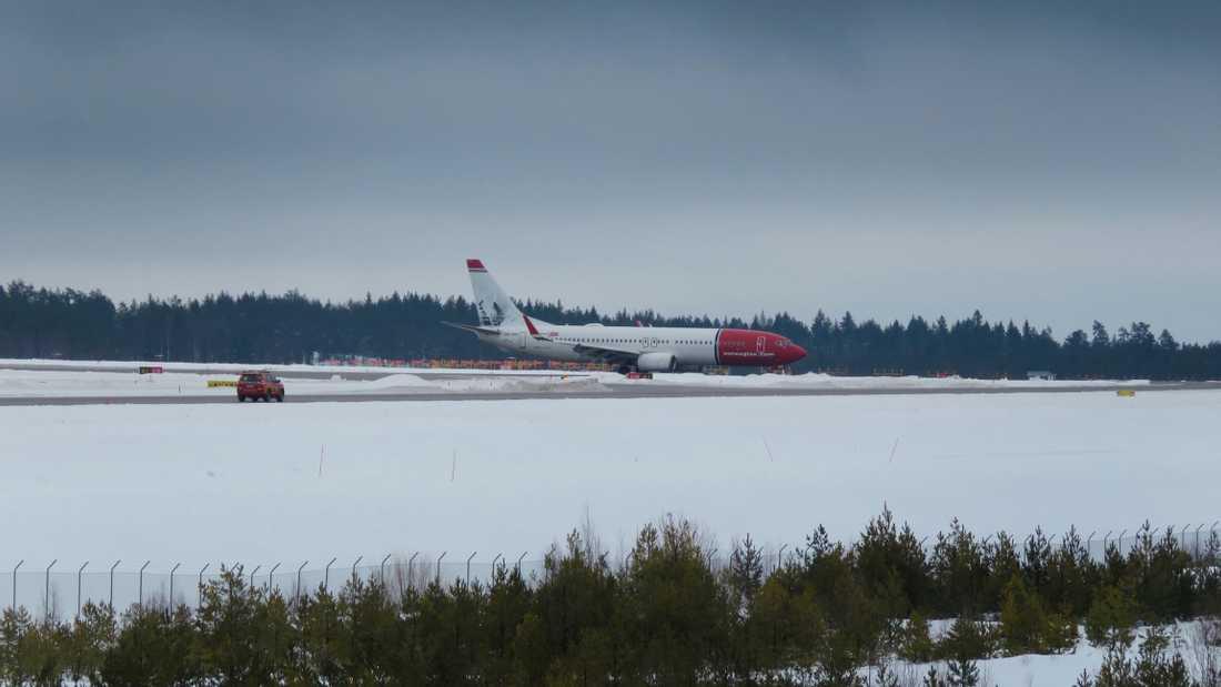 Det bombhotade planet har landat på Arlanda.