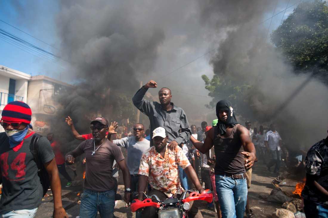 Demonstranter, med den förre presidentkandidaten Jean-Charles Moïse i mitten, i Port-au-Prince kräver president Jovenel Moïses avgång.