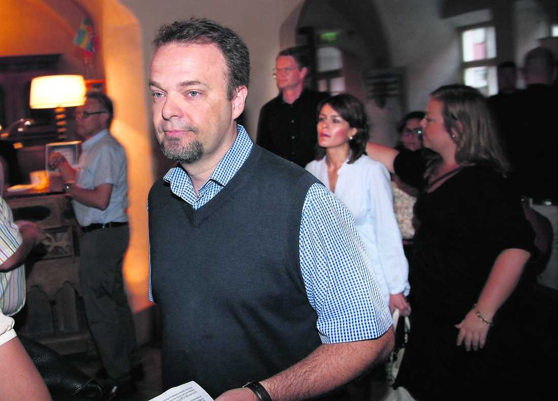 Littorin lämnar presskonferensen – och rollen som offentlig person.