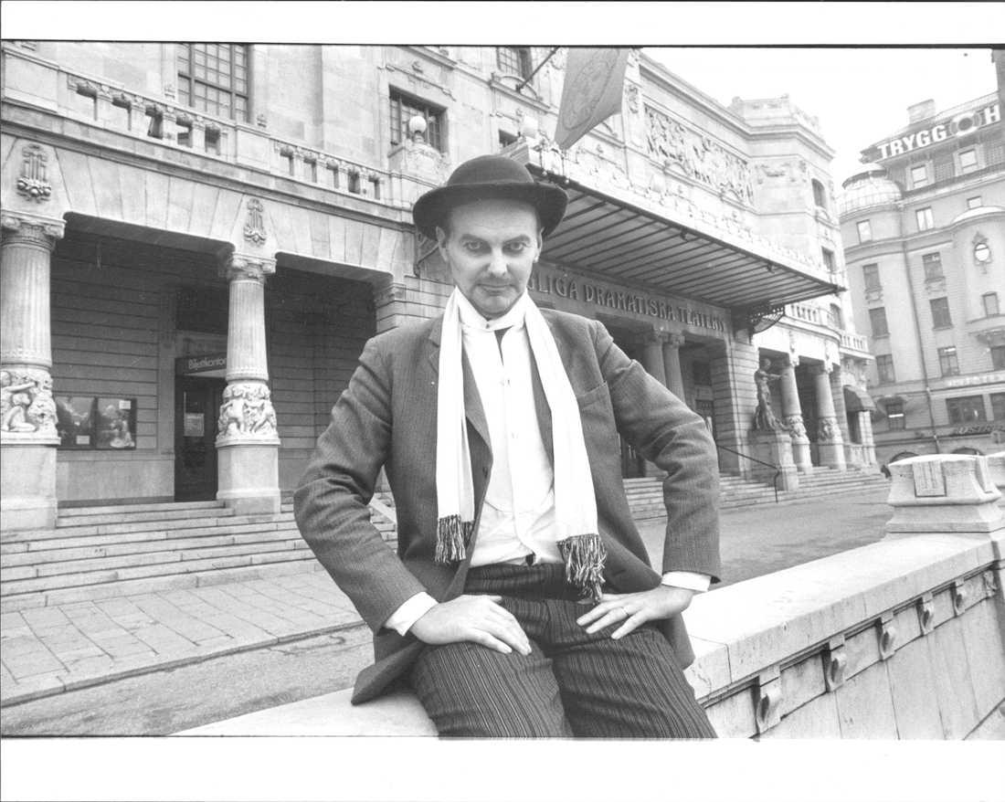 Björn Granath utanför Dramaten i Stockholm vid en uppsättning av Tolvskillingsoperan. Odaterad arkivbild.