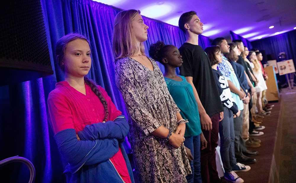 Greta Thunberg vid en pressträff vid USA:s högsta domstol. Ungdomar stämmer staten för att minska utsläppen.