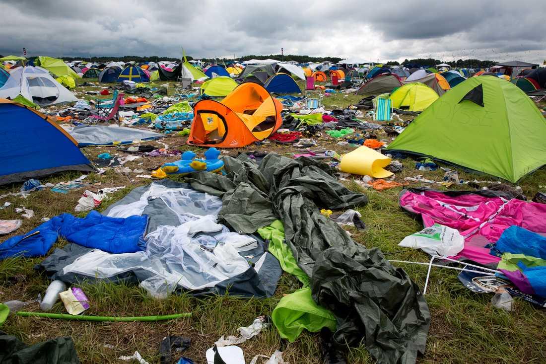 Sopkaos på campingen efter att besökarna har åkt hem 2014.