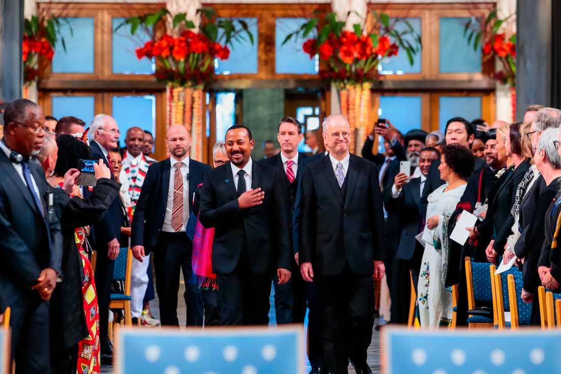 Etiopiens premiärminister Abiy Ahmed får applåder i Oslo Rådhus.