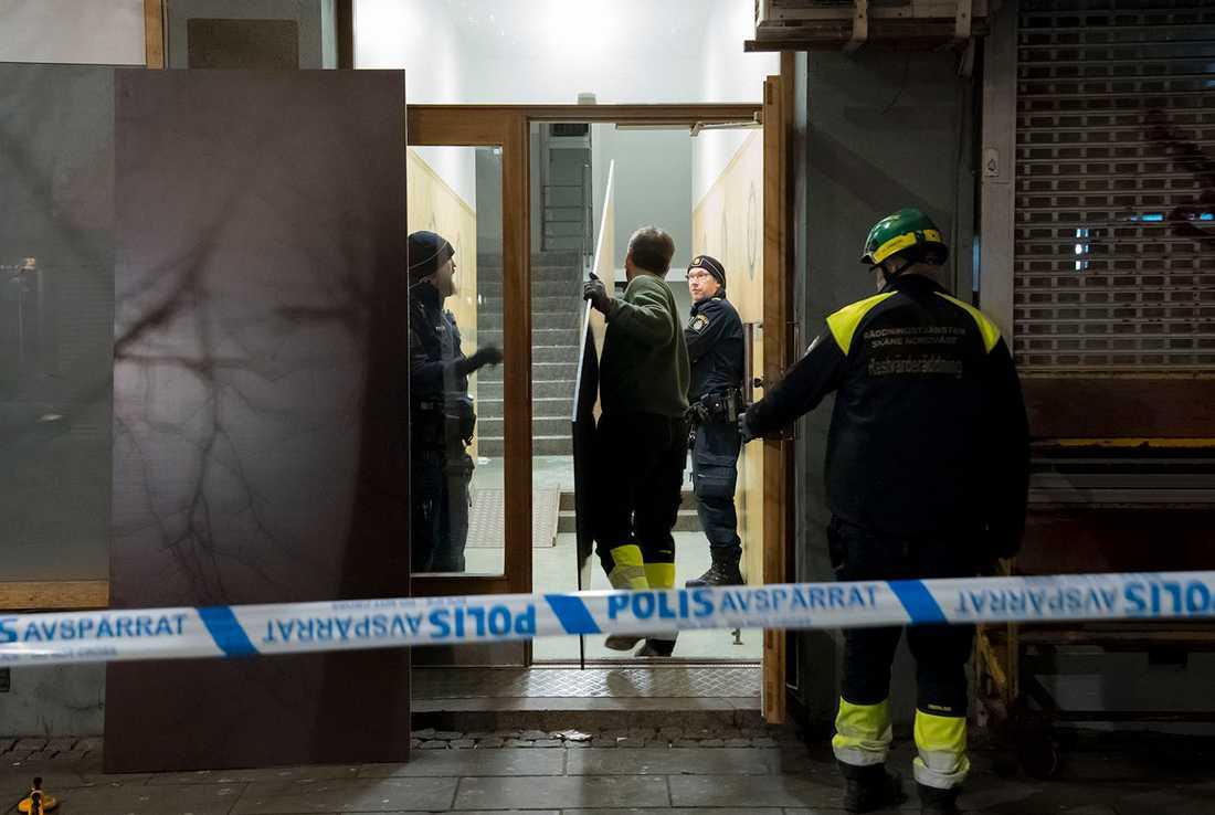 Material bärs in för att laga trasiga rutor efter explosionen. En explosion har inträffat i en fastighet i centrala Helsingborg. En boende i fastigheten är allvarligt skadad och förd med ambulans till sjukhus.