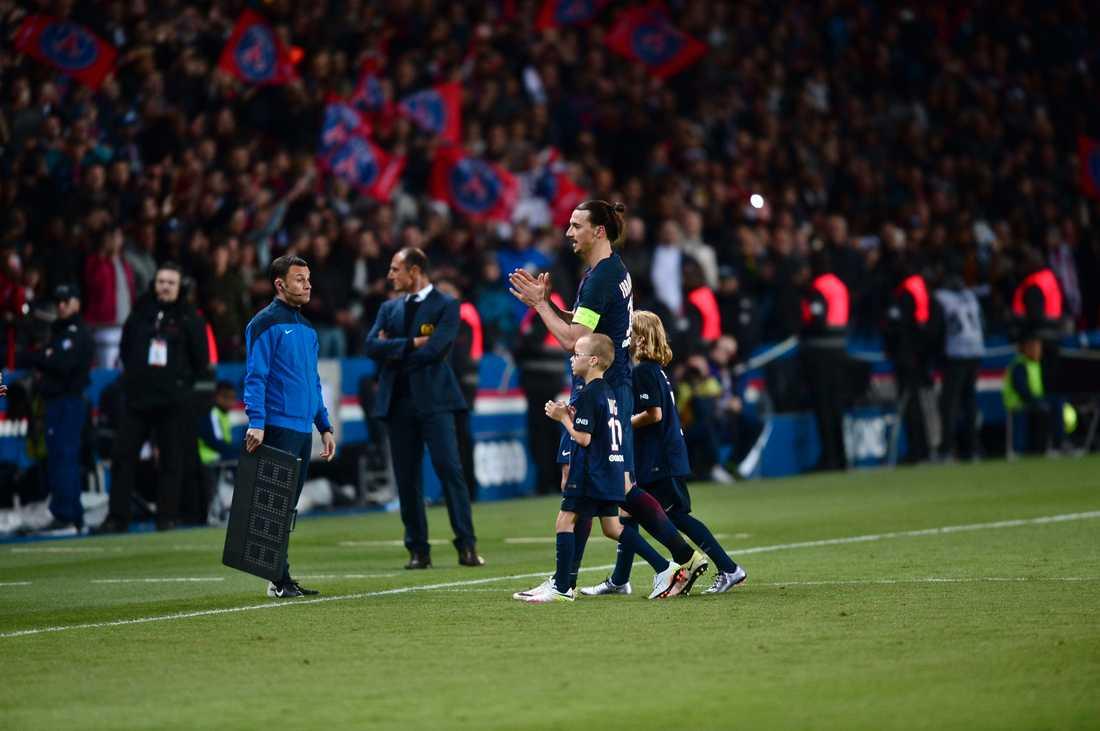 Zlatan med sönerna under sista matchen i PSG