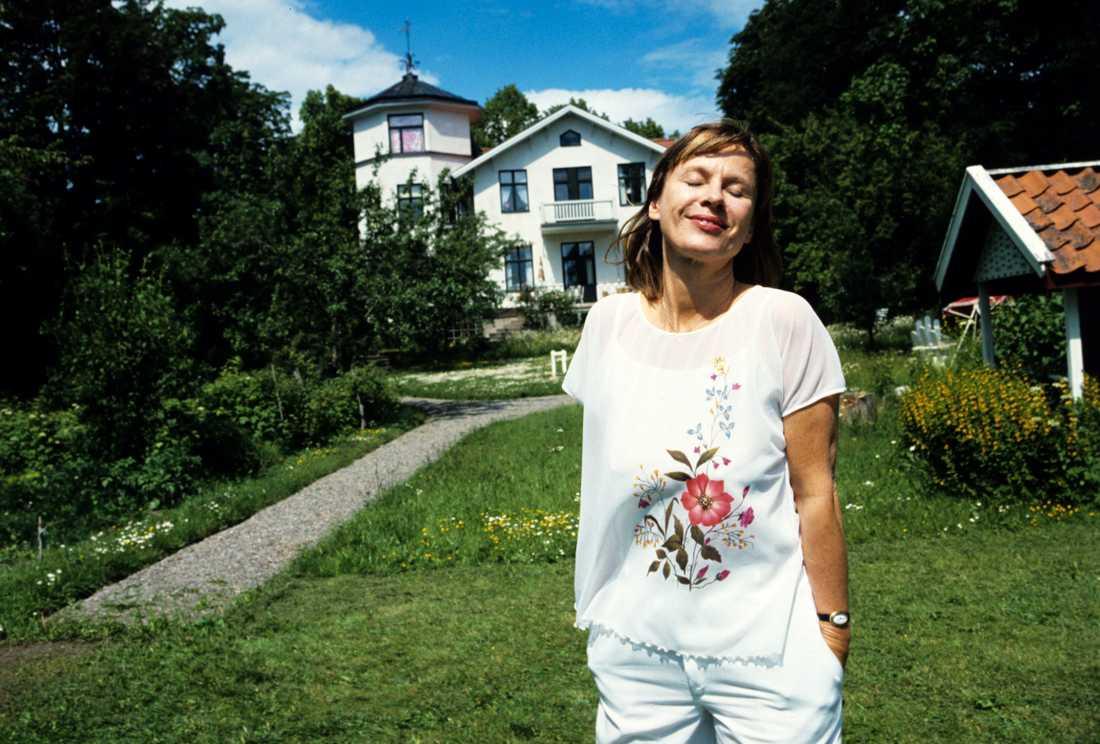 Bibi Andersson framför sitt hus på Lidingö 1980.