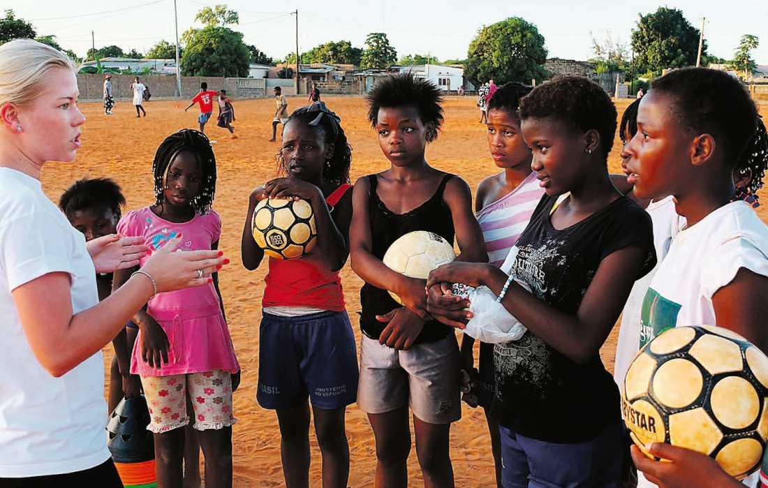 """tränar tjejer i moçambique   Flickorna lyssnar uppmärksamt när Cecilia Andrén Nyström pratar, hon var tvungen att snabbt lära sig portugisiska när hon kommit till Moçambique. Nu tar Cecilia sitt Futebol dá força till utsatta områden här hemma i Sverige. """"Vi har exakt samma problem här – vi är bara bättre på att dölja det"""", säger Cecilia."""