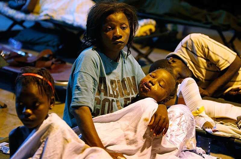 SKADAD – MEN VID LIV En liten baby skadades i jordbävningen, men överlevde. Många sjukhus har förstörts i Port-au-Prince och flera fältsjukhus sattes i går upp i huvudstaden.