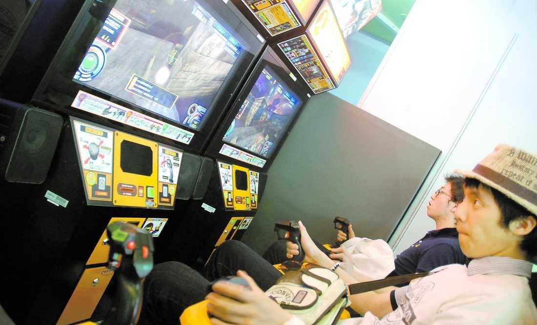 Både unga och gamla hänger sig åt spel och simulatorer. Runt midnatt när folk börjar vingla ut från karaokebarerna blir arkadhallarna en naturlig hållplats.
