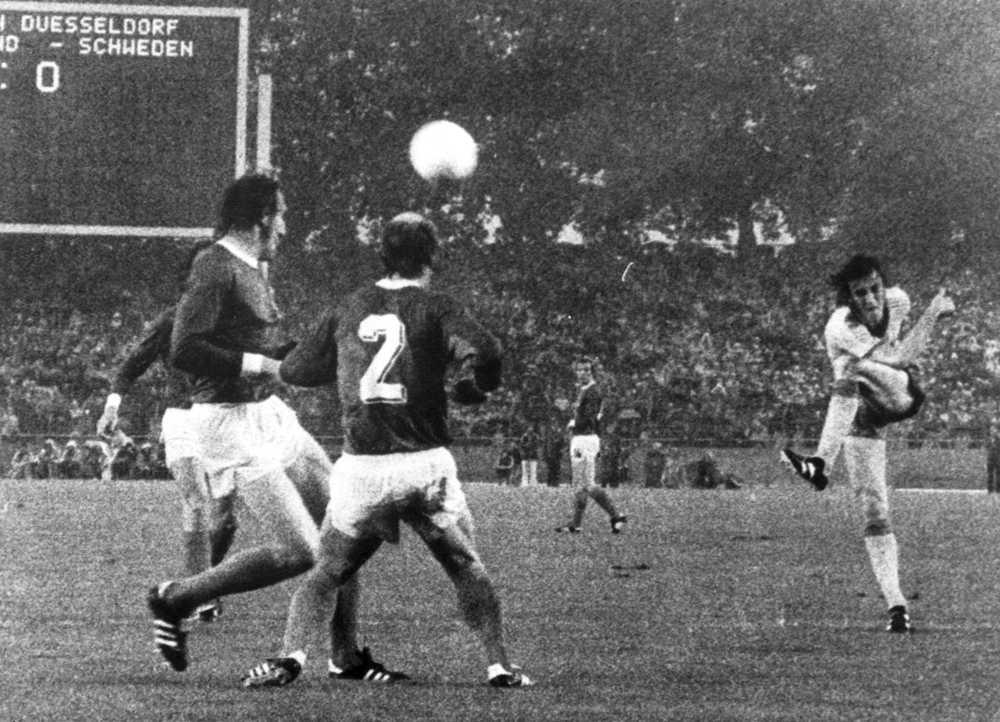 Ralf Edström volleyskjuter 1-0 för Sverige i slutspelsmatchen mot Västtyskland i fotbolls-VM 1974.