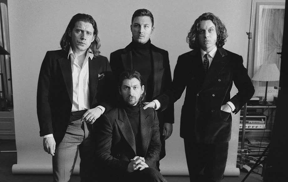 Låt oss hoppas att Arctic Monkeys är gladare inombords över att släppa nytt album.