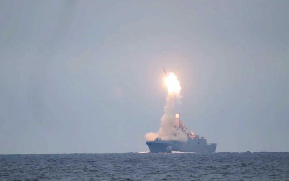 Rysslands hypersoniska kryssningsrobot Zircon avfyras från en fregatt i Vita havet i den här bilden som tagits ur en video som det ryska försvarsdepartementet släppt. Arkivbild.