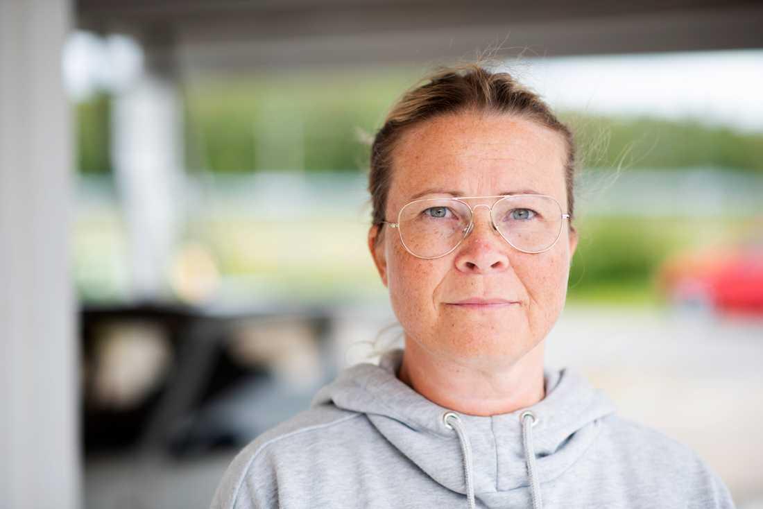 Anette Johansson såg hur stora plåtbitar svischade förbi över huset.