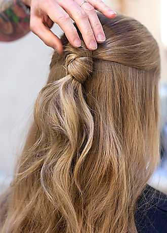 2 Ta det övre håret och knyt en knut av det.