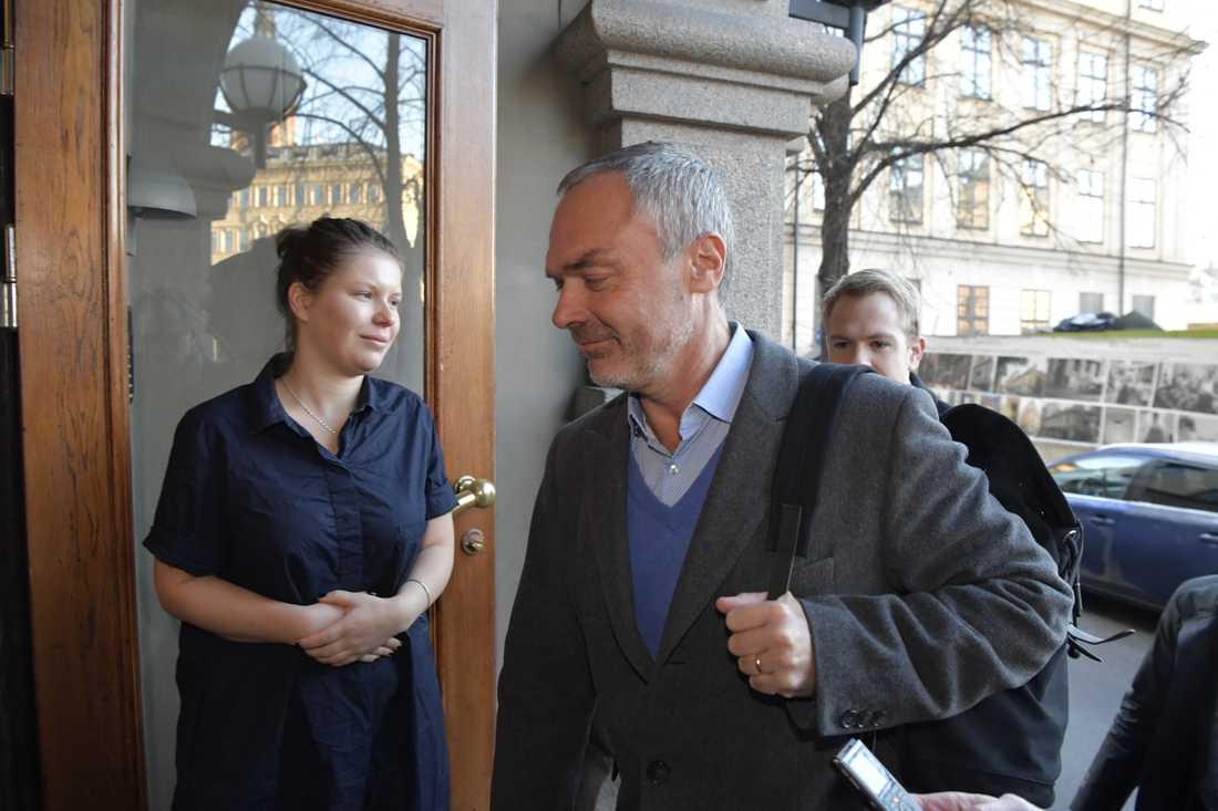 Liberalernas partiledare Jan Björklund anländer till söndagens möte med partistyrelse och riksdagsgrupp.