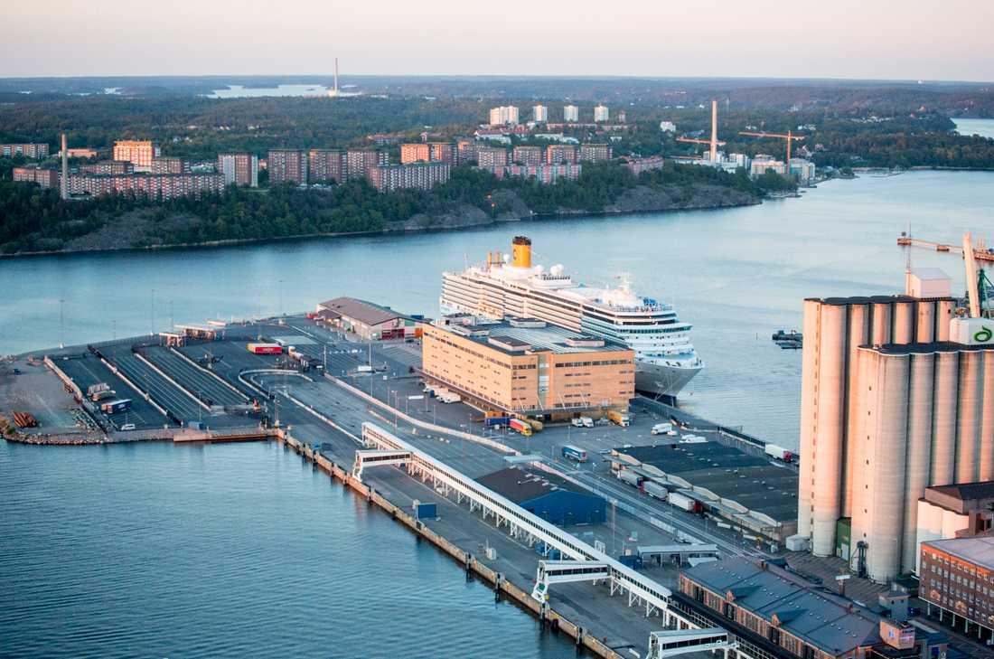 Flygbild över Stockholm tagen från en helikopter. Frihamnen med Lidingö i bakgrunden. Arkivbild.