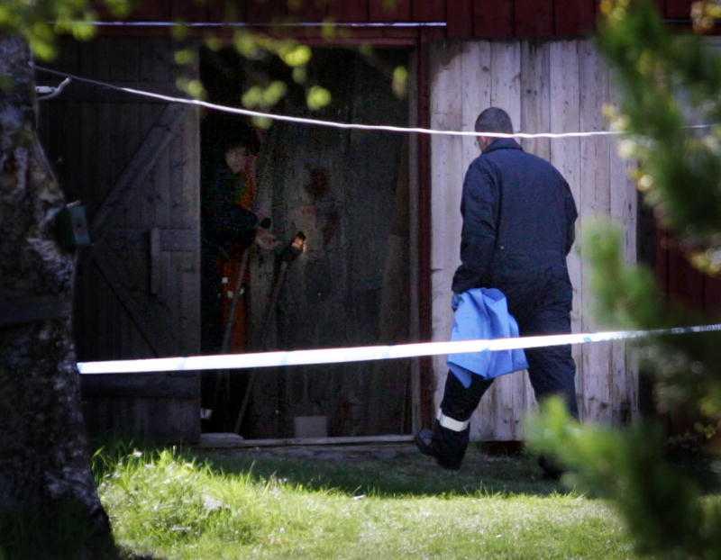 Polis på mordplatsen i Brattås utanför Härnösand där Tor Öberg och Gerd Viklund mördades för snart sju år sedan.