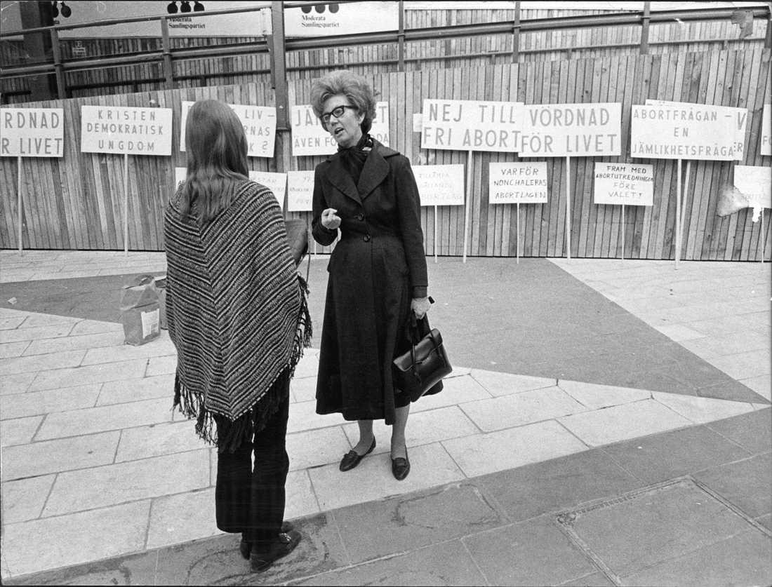 """Abortprotest """"Kristen Demokratisk, Ungdom, KDU, i protest mot fri abort på Sergels torg i Stockholm 1970."""