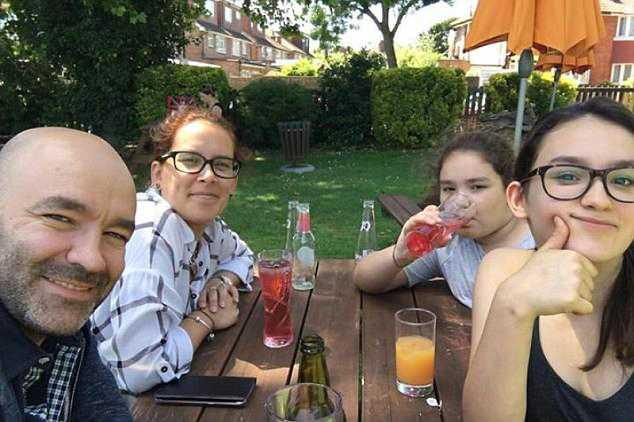 Marcio Gomes med sin fru Andreia och döttrarna Megan och  Luana.