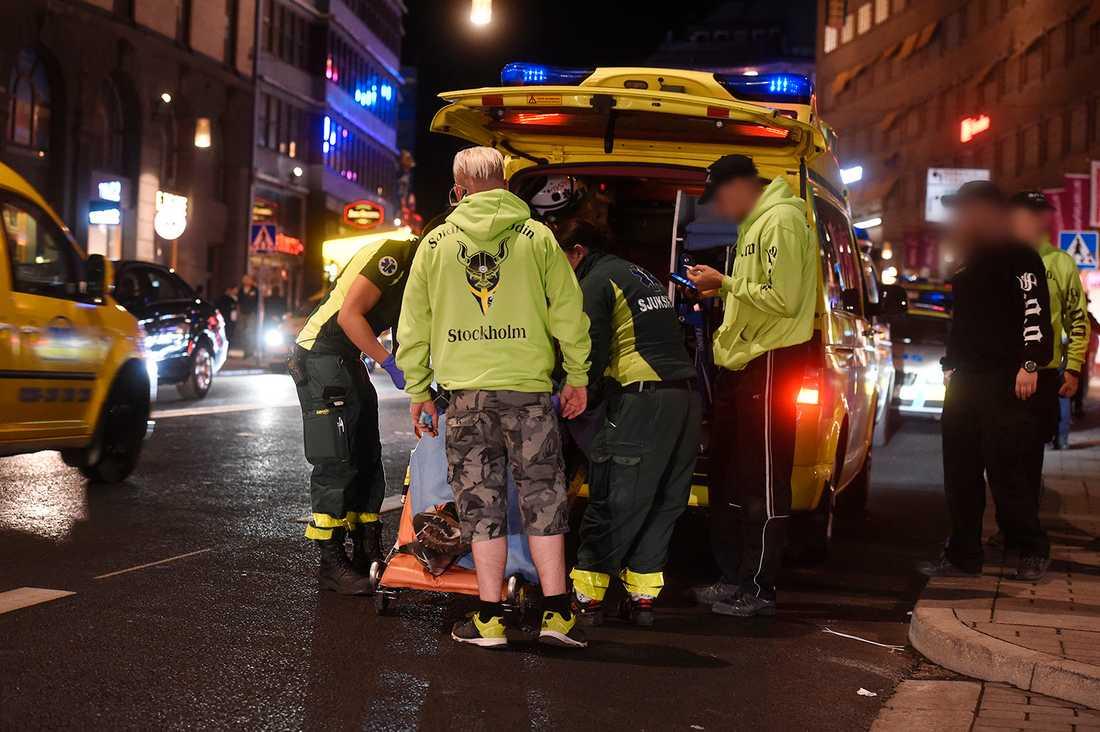 En person från Soldiers of Odin fördes i natt till sjukhus efter en misstänkt misshandel på Kungsgatan i centrala Stockholm. Polisen har gripit en person för grov misshandel.