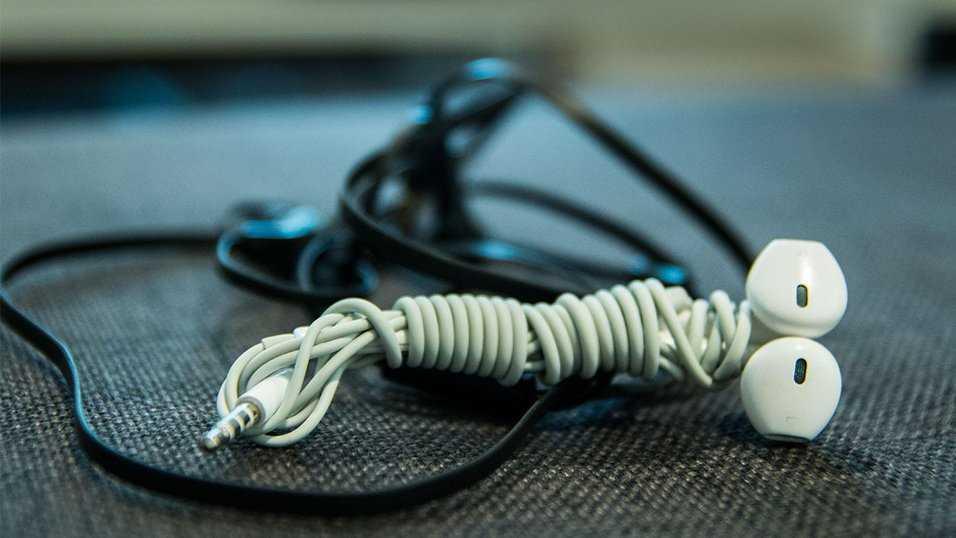 Så viker du dina hörlurar utan att de trasslar ihop sig i fickan.