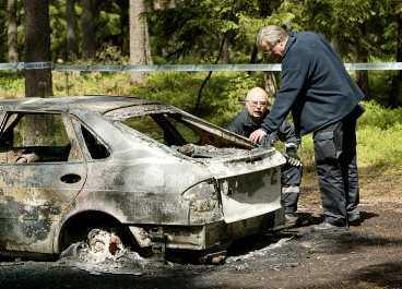 HÄR HITTADES BILEN 21-åringen fördes bort när han stannade för att hjälpa en bilist. I den här bilen fördes han sedan från Björnlunda till Björkvik. Bilen hittades i går utbränd.