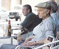 Några män tar det lugnt på ett kafé i staden Llucmajor.