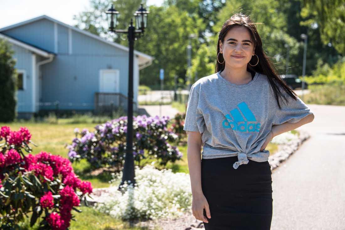 Esther Eszenyei, 16, bor nära moskén.